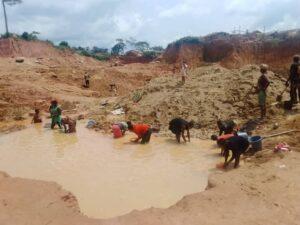 Un site minier exploité par les orpailleurs à Kambele3